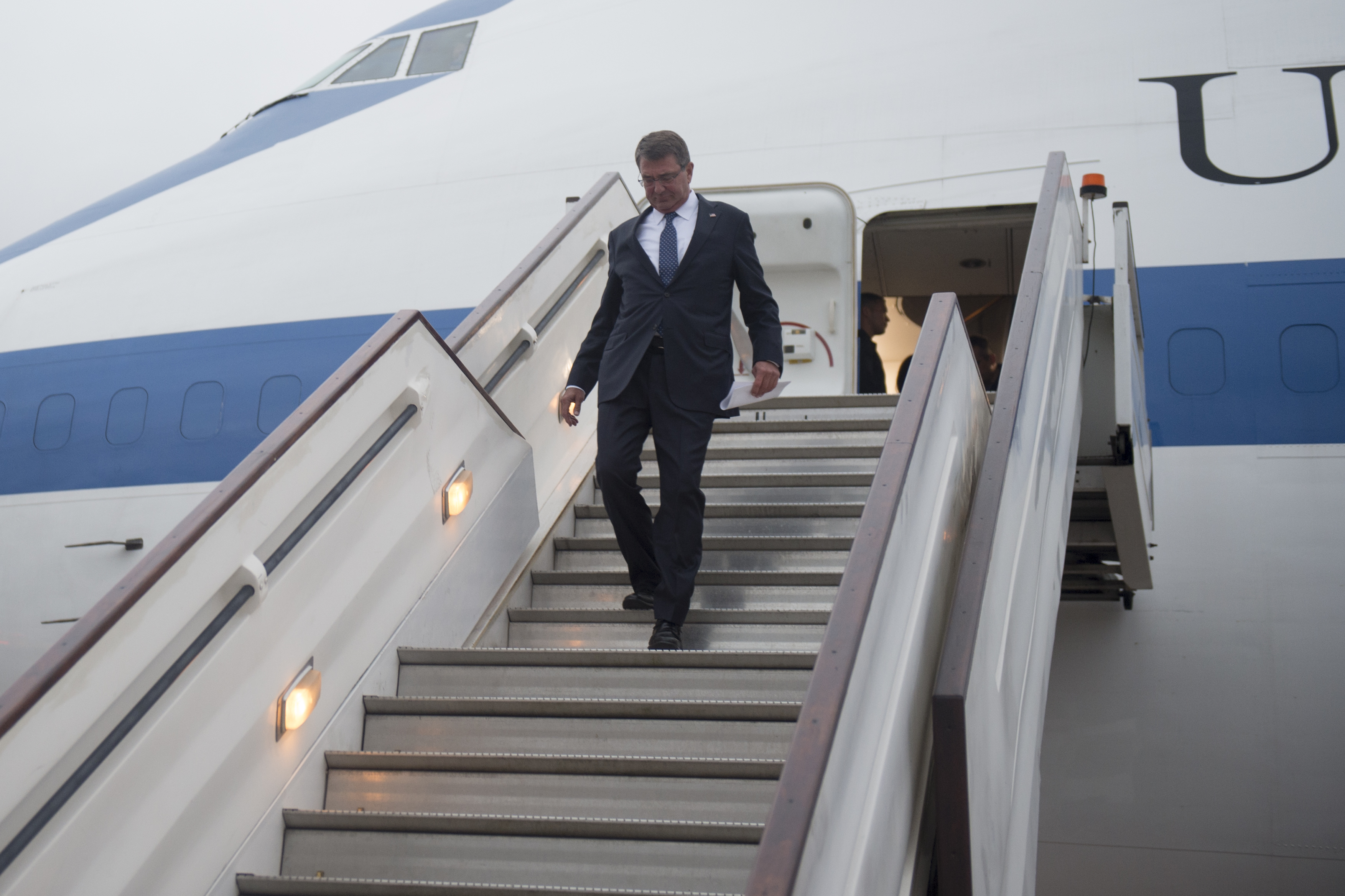 Secretary of Defense Ash Carter arrives in London, England, Sept. 6, 2016. (DoD photo by U.S. Air Force Tech. Sgt. Brigitte N. Brantley)